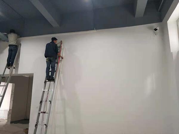 工人们正在安装视频监控