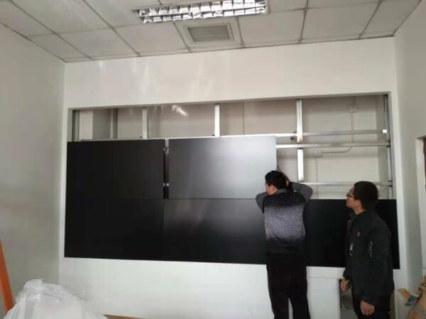 工人正在安装大屏显示