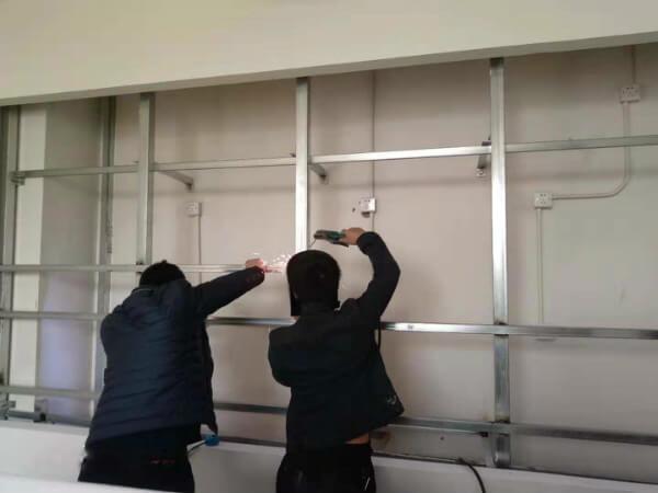 工人正在焊接支架