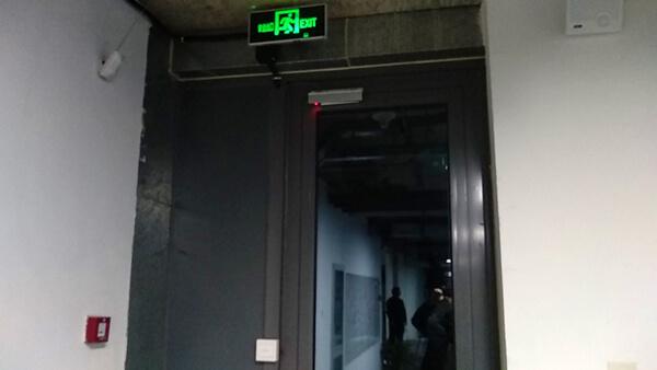 门上安装的电磁锁及出门开关